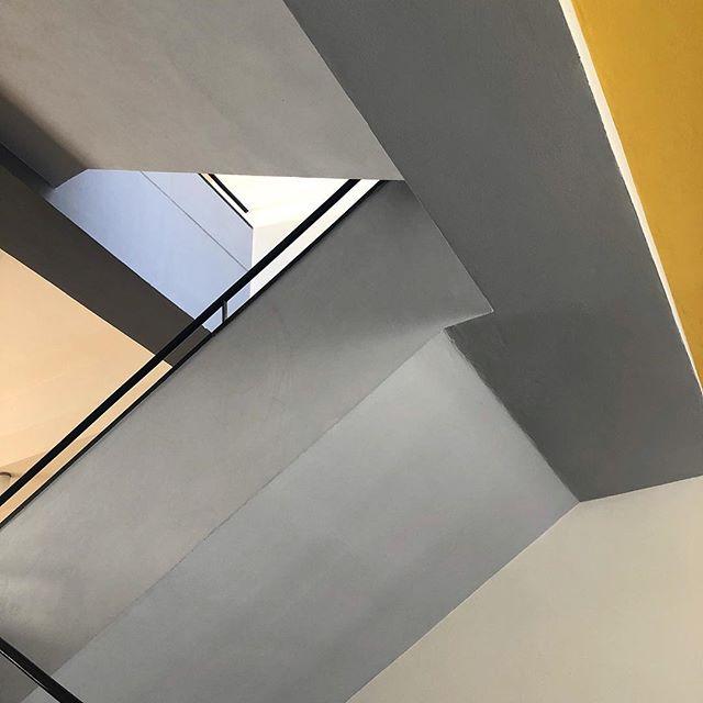 Sunshine staircase 🌥 . . . . . @bauhaus_dessau_foundation #bauhaus #bauhausler #bauhausdessau #bauhausmuseumdessau #stiftungbauhausdessau #bauhausdessaufoundation #bauhaus100 @bauhaus100 #waltergropius #gropius #modernart #modernism #moderndenken #gestalt #architecture #modernistarchitecture #dessau #berlin #gropiusallee #design #designspiration #inspiration #bucketlist #sleepover