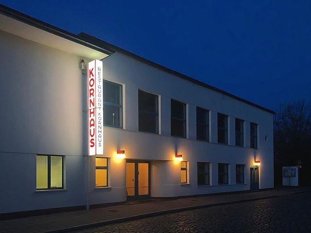 Kreepy #Kornhaus at dusk 👭 . . . . . @bauhaus_dessau_foundation #bauhaus #bauhausler #bauhausdessau #bauhausmuseumdessau #stiftungbauhausdessau #bauhausdessaufoundation #bauhaus100 @bauhaus100 #waltergropius #gropius #modernart #modernism #moderndenken #gestalt #architecture #modernistarchitecture #carlflieger #flieger #typography #herbertbayer #bayer #itcbauhaus #dessau #berlin #design #designspiration #inspiration