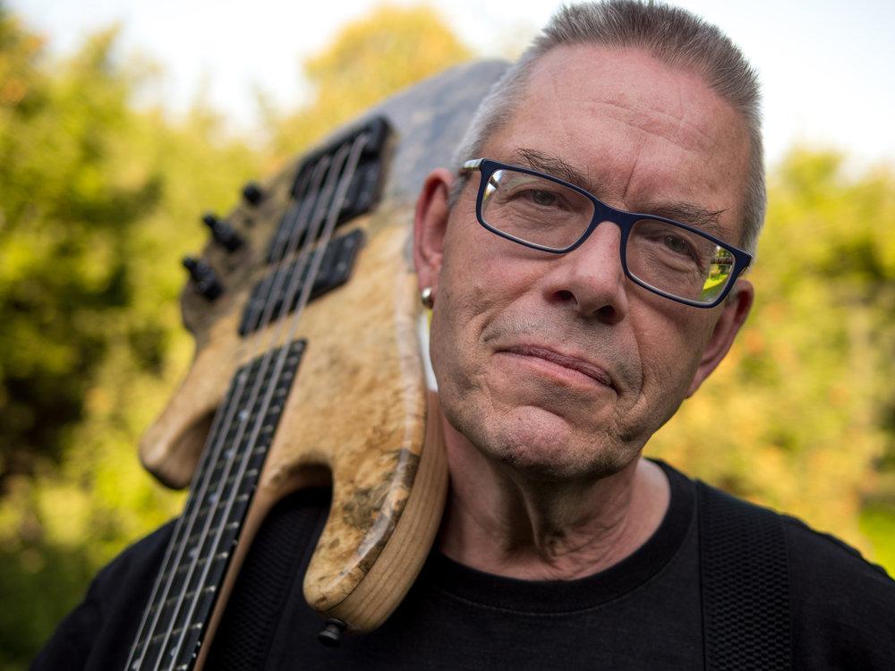 """Bert """"Mr Bassman"""" Gerecht - ist die treibende Kraft hinter Hot Wire. Er hält Kontakt zu den Bassisten, nimmt Vorschläge und Wünsche entgegen, entwickelt die Designs und erarbeitet die Marketingkonzepte. In den Hot Wire Modellen steckt Berts Erfahrungen als Bassist seit 1968, als Bass-Customizer seit 1980, und als Bass-Hersteller seit 1999."""