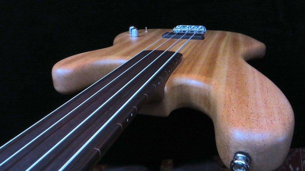 Fretless - Der direkte, pure Klang, die Finger pressen die Saiten auf das Griffbrett, keine Bünde dazwischen...