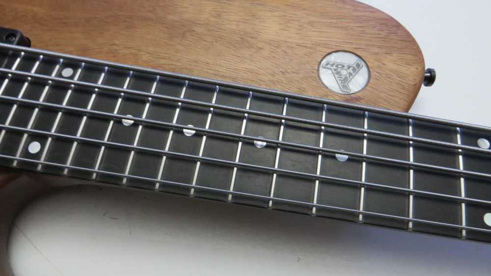 Ebony Neck - The fingerboard is made of ebony, the body wings are khaya mahogany. The body features a matte finish. There are no cites-protected woods used, which is an argument today at border crossings.