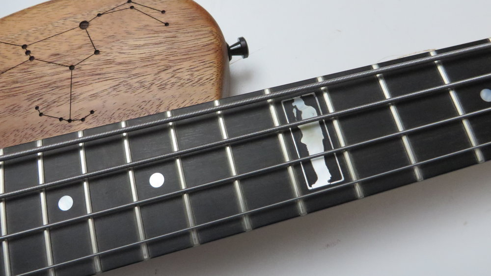 Neck Inlay - Bei diesem Bass wünschte sich der Kunde nicht nur ein Pearl-Inlay im 12. Bund, sondern auch spezielle Graphiken auf dem Korpus, die wir per Laser eingravierten.
