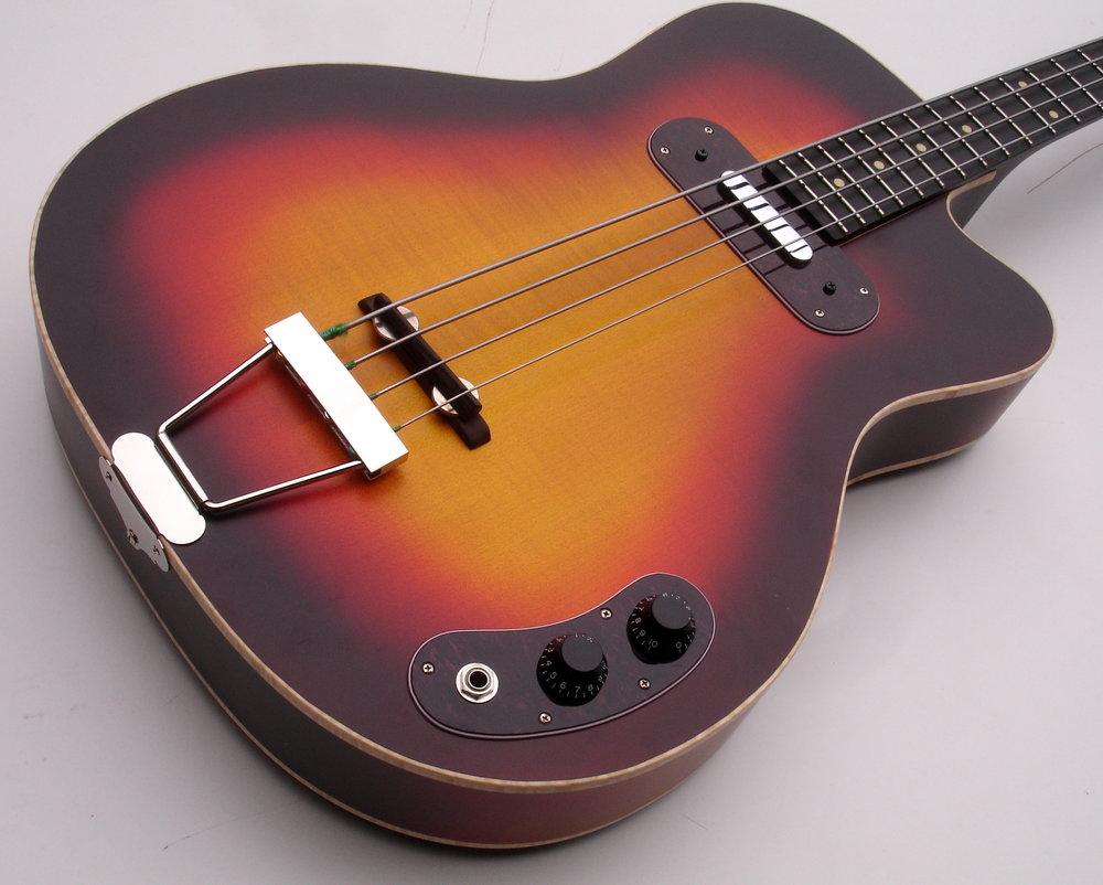 Specials - Jeder Blues Bass entsteht in Handarbeit und ist ein Einzelstück, und Kundenwünsche erfüllen wir gerne. So sind verschiedene Vintage-Lackierungen möglich, und auch Versionen wie Fretless, und sogar Fünfsaiter.
