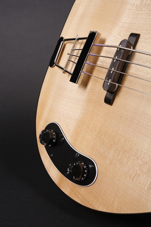 """Regler - Der Blues Bass hat Lautstärke- und Tonregler. Mit Flatwound Saiten bringt dieser Bass einen """"grossen"""" Ton, der sich besonders für Blues, Jazz, Rock ´n´ Roll und - mit Plektrum gespielt - Sixties Rock eignet. Der Bass hat einen Trapez-Saitenhalter, der Steg ist nicht festgeschraubt, um die Intonation genau einstellen zu können. Trotz aller Verbesserungen klingt der Blues Bass identisch zum Original Kay."""