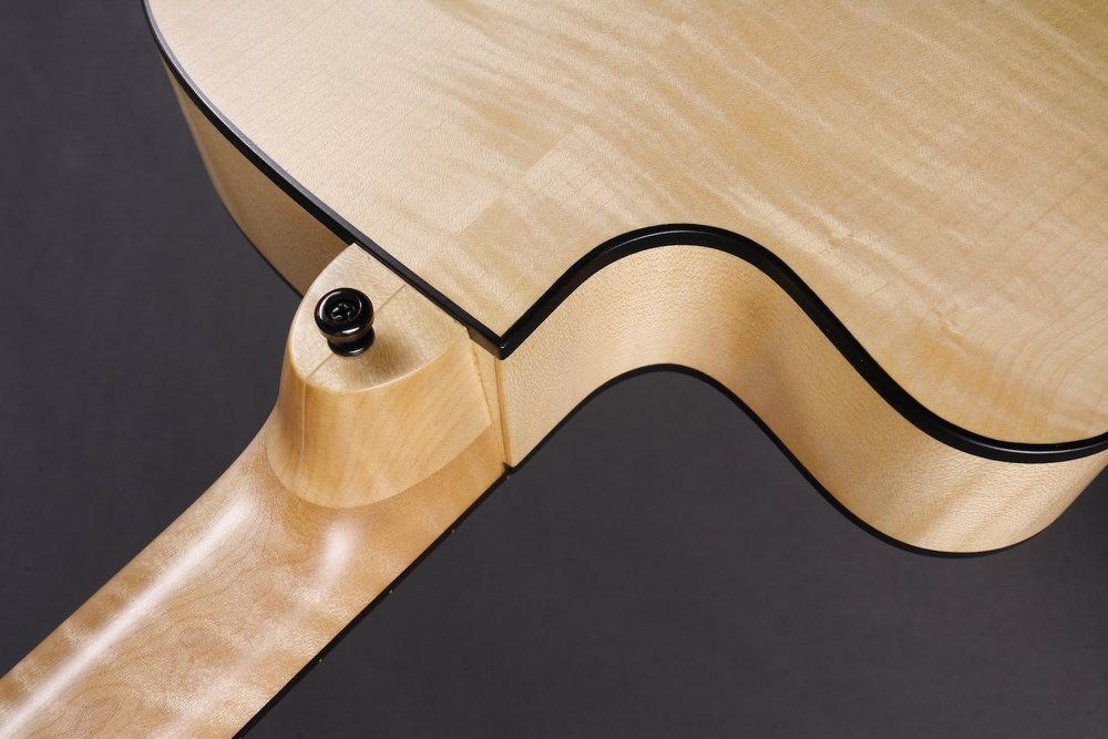 Schwalbenschwanz - Der komplett handgefertigte Blues Bass wiegt nur 2.5 Kilo und ist deshalb auch eine Option für Bassisten mit Rückenproblemen.Jeder Blues Bass entsteht in Handarbeit und ist ein Einzelstück, Kundenwünsche erfüllen wir gerne. Verschiedene Vintage-Lackierungen sind möglich, und auch Fretless Versionen.