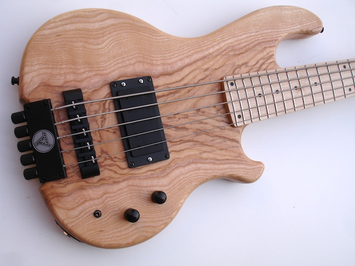 INLAW HEADLESS XXL - Extra long scale, 24 frets, a fat pickup, passive electronics, good machines, beautiful woods with good tone. For the rich tone of an alder body, with an attractively grained Olive top, including matte finish that lets you feel the wood.