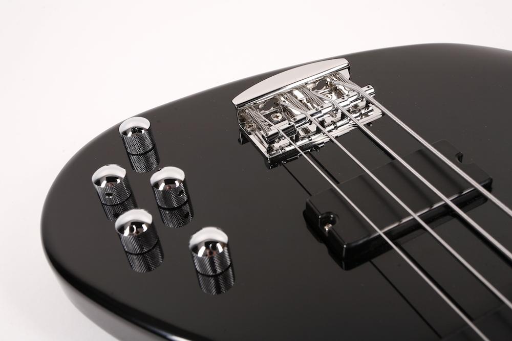 - Hipshot Hardware ist Standard. Zwei HotWire Soapbar Tonabnehmer in Verbindung mit der Noll Dreibandklangregelung bringen die Basssounds, die man im Live- und Studiobetrieb braucht.
