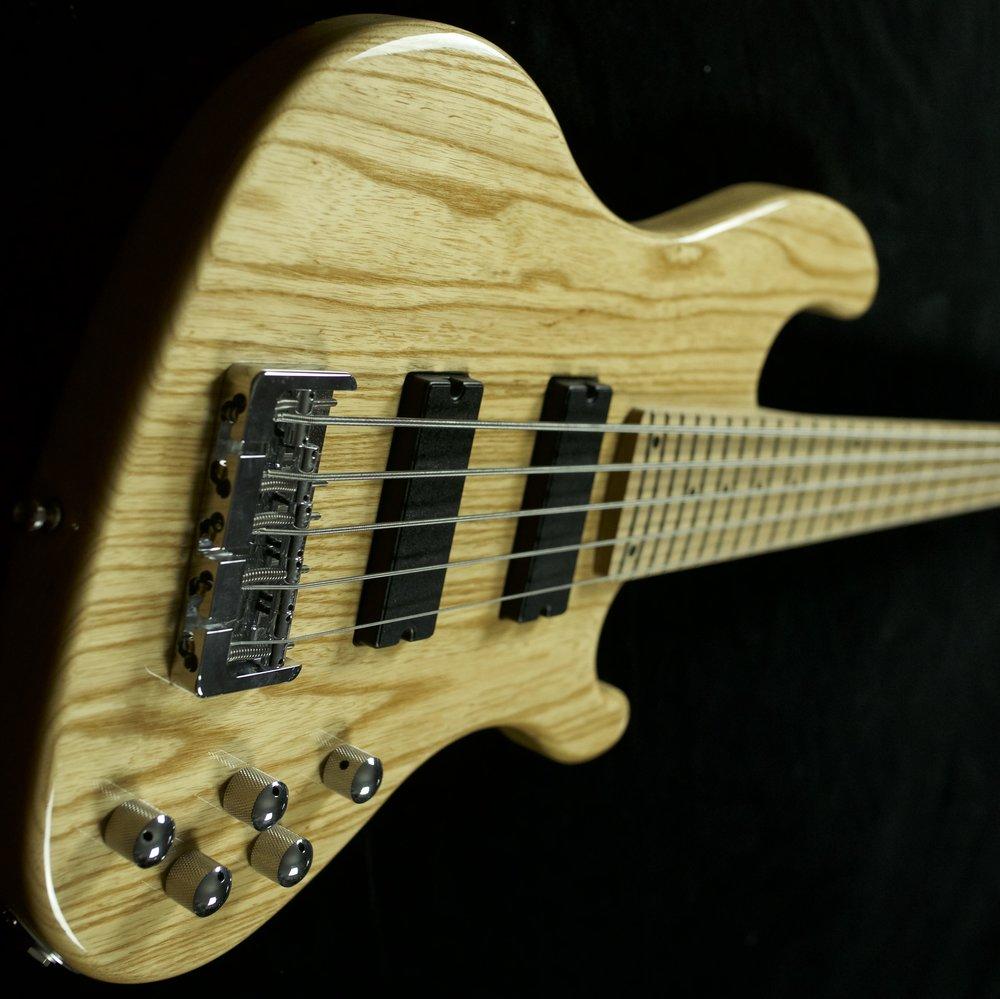 CHAMBERS BASS - Mit dem Chambers Bass entsprechen wir dem Wunsch vieler Bassisten nach einem schwergewichtigen Ton bei geringem Gewicht. Viersaiter und Fünfsaiter wiegen nur etwa 3,8 bzw 3,9 Kilo.