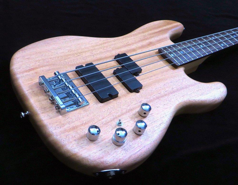 - Mit kleinen Händen und kurzen Fingern ist ein Bass mit mittlerer Mensur viel leichter zu spielen. Statt 86,4 cm hat der Medium 82 cm an klingender Saitenlänge - lang genug um ein sattes E zu produzieren, und kurz genug, um ein superbequemes Spielgefühl zu garantieren.
