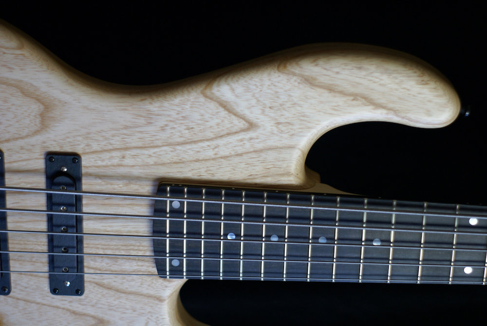- Our half W-bucker on the neck allows unhindered slap techniques on 24 frets. The East Uni-Pre 5K offers full control over all frequencies. ETS machines, bridge and headpiece in black chrome.