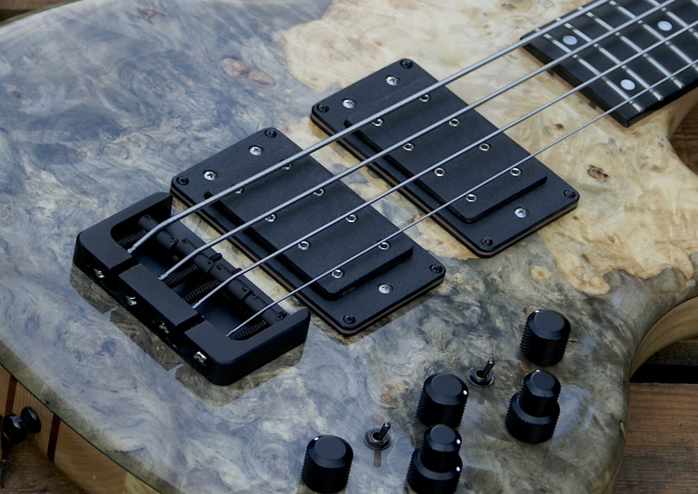 Pickups - Converting the string vibration into an electrical signal, and already in passive mode our W-bucker Pumps out a huge sound.