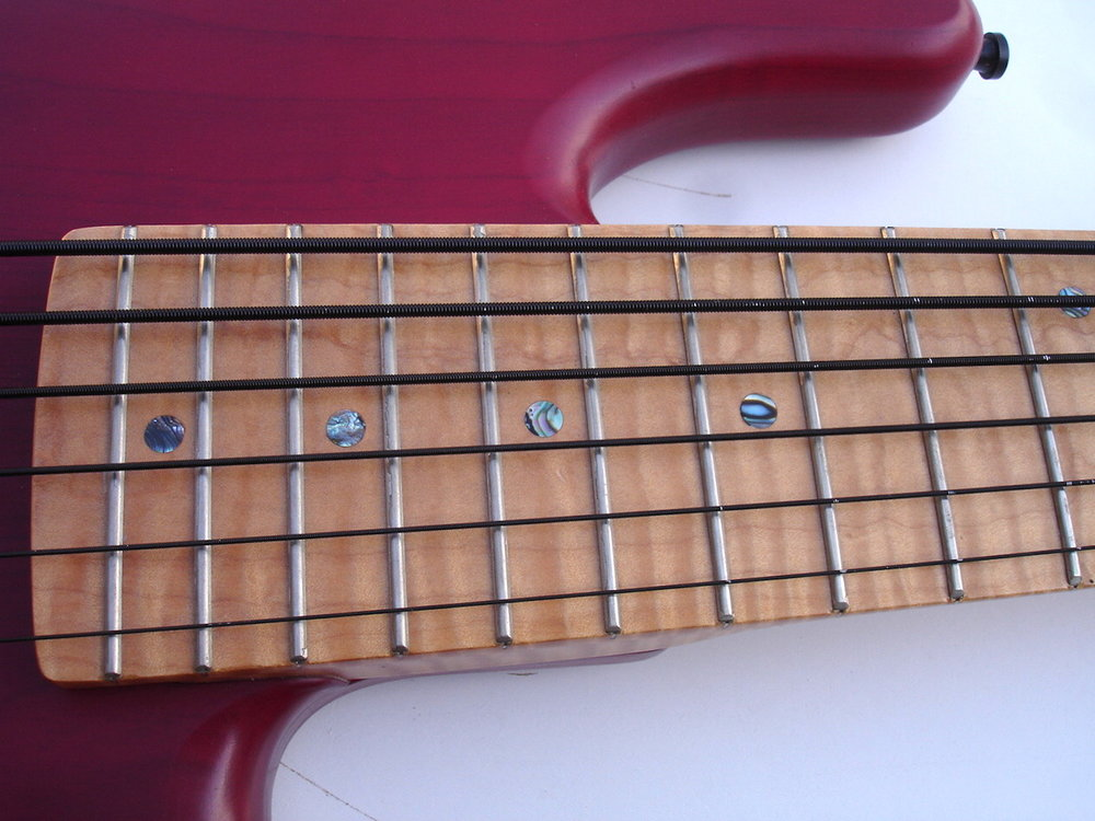 Sixstring Bass - More strings for an augmented tonal spectrum