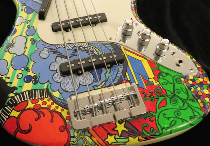 - Dieser Squier Jazz Bass V sieht schon mal toll aus! Handbemalt! Aber der klingt matt, und die Brücke klappert, meint Alex S. aus E. Kein Problem, da lässt sich was machen! Ich rüste ihn auf mit Nordstrand J Tonabnehmer, J-Retro Klangregelung, Hipshot Bridge und Pyramid Saiten. Und was sagt Alex jetzt?