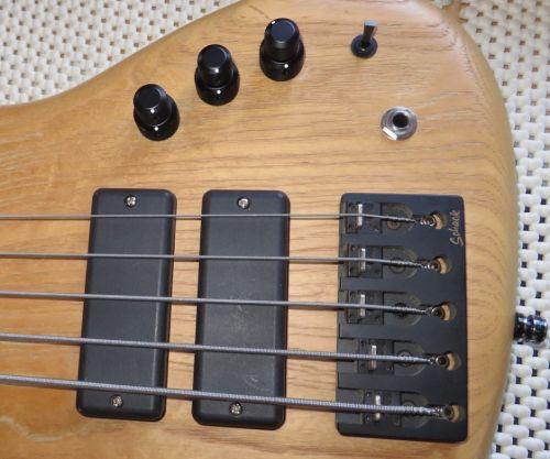 - Ready to go! Erster Doppelknopf: Oben Lautstärke, unten Pan. Mittlerer Turm: unten Bass, oben Höhen, mit einem Push-Pull für eine Höhenanhebung bei 10 kHz. Am hinteren Doppelknopf bietet die Parametrik +/- 14 dB Anhebung oder Absenkung der Mitten von 100 Hz bis 2.5 kHz. Damit ist soundtechnisch alles drin vom Jaco-Finger über Marcus-Daumen bis zu Jazz, Blues und Reggae. Ach ja: Metal kann der auch.