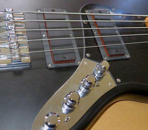 - Ein Fender Modern Player Jazz Bass V mit passiven Tonabnehmern und passiver Klangregelung bringt nicht gerade den Aktivsound, den der Kunde im Ohr hat. Der Bass hat spezielle Doppeljott-Pickups für die es keine passenden Austauschteile gibt. Daher wickeln wir neue Tonabnehmer, die auch in die Ausfräsungen passen. Dann kommt eine East J-Retro Deluxe Elektronik rein. Jetzt bietet der Bass ein variables Klangspektrum über alle Frequenzen.