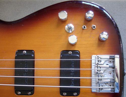 - Ein alter Kunde hat einen Blade Bass von 1984, der spielt sich wie von selbst, die Bartolini Tonabnehmern klingen immer noch super, aber die Elektronik ist ein Problem. Sieben Knöpfe und Schalter, aber keine Funktion mehr.