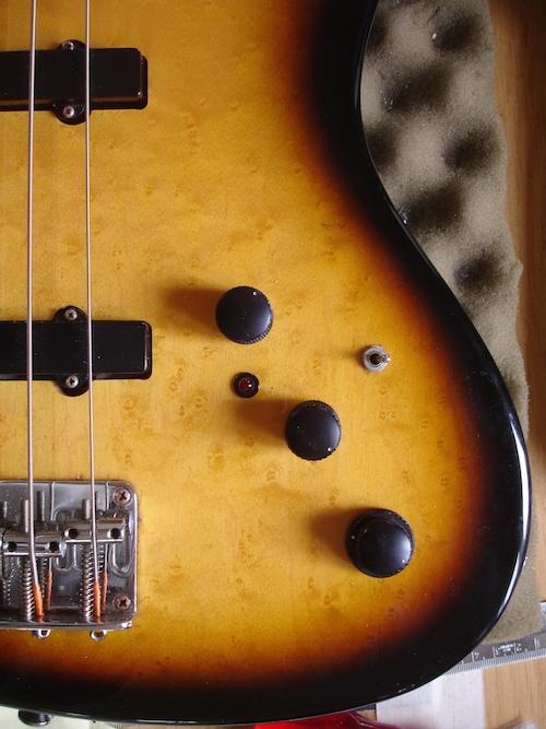 - Hier ein alter Hohner Jazz Bass, holzmässig sehr gut in Schuss, mit hervorragendem Sound und sehr guter Bespielbarkeit. Die Elektronik hat sich wie so oft nach 25 Jahren verabschiedet, aber die Originaltonabnehmer funktionieren immer noch gut.