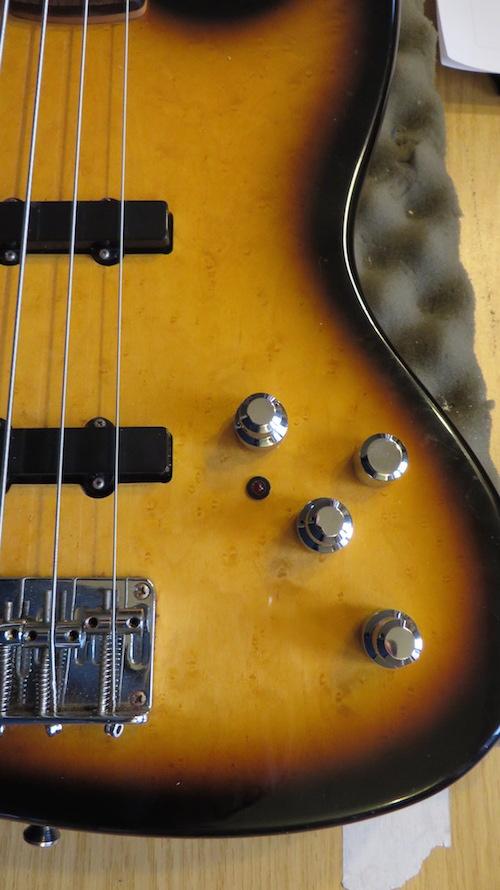- Also machen wir eine Frischzellenkur und packen eine East U-Retro 4 Knob rein, mit Volume, Pan, Bass, Treble und parametrischen Mitten, aktiv-passiv schaltbar, und werten so den Gesamtklang um ein Vielfaches auf. Der Bass klingt jetzt so gut wie noch nie!