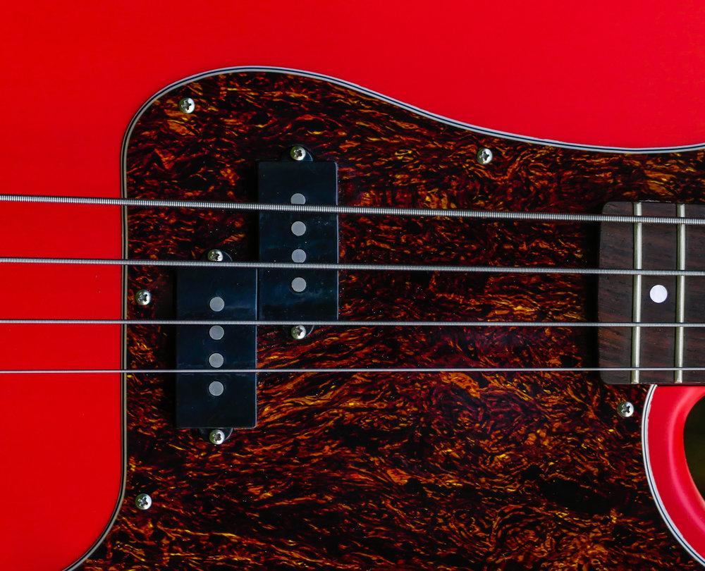 Prezz - Der PREZZ steht für den echten Rock Bass Sound!Der Sound erinnert an die guten, alten, mittlerweile unbezahlbaren Originale von 1957. Wir verwenden keramische Magnete auf Stahlpolen, und wickeln 0,056 Draht auf 7kohm pro Spule. Erhältlich für Viersaiter, Fünfsaiter und Sechssaiter.