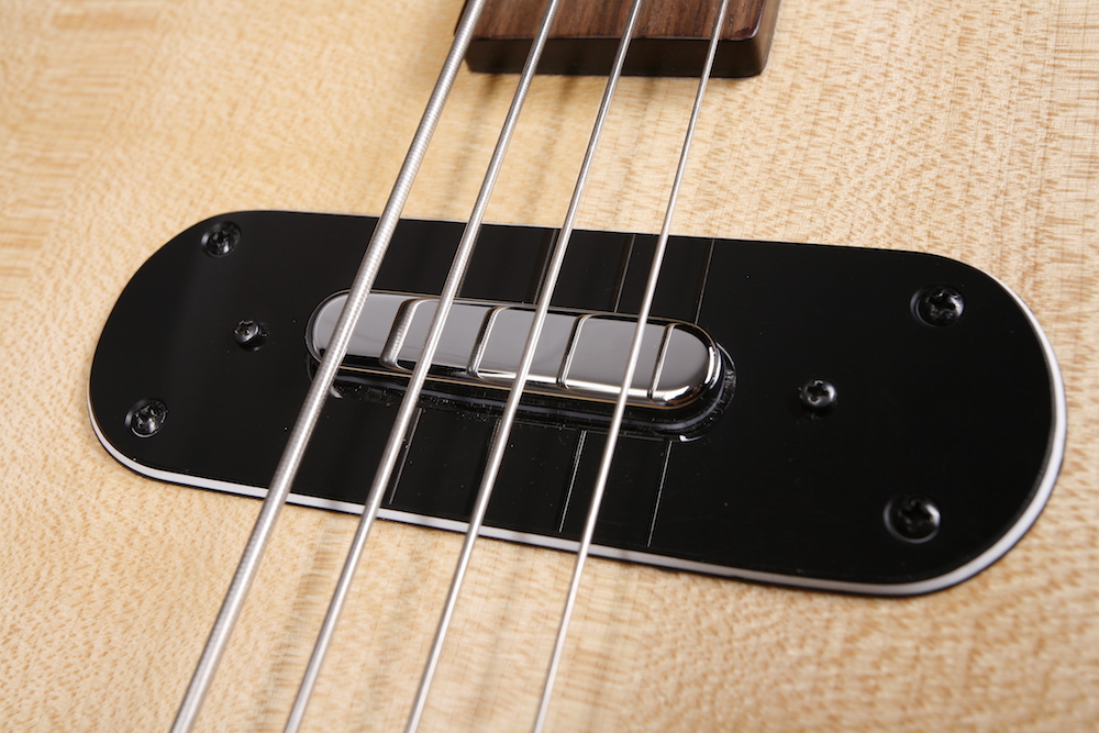 Blues-Sound - Unserem Blues Bass haben wir ein spezielles Teil spendiert, einen Single-Coil in der Tele-Kappe, voll abgeschirmt. Macht einen authentischen Upright-Sound.