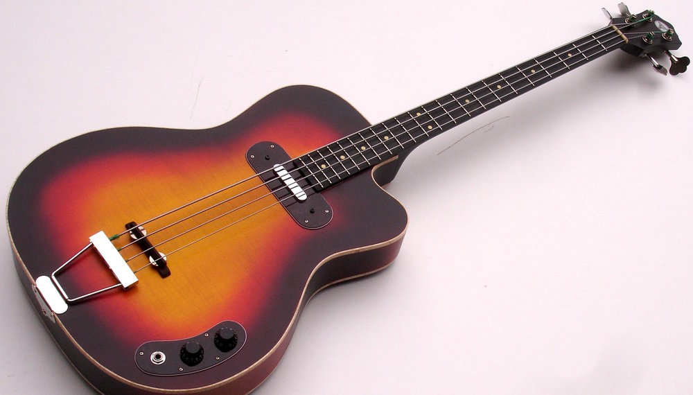 Blues Bass - Der Hot Wire Blues Bass ist ein Vintage Style Hollowbody Bass, angelehnt an den Kay Electric Bass der frühen Fünfzigerjahre. Der Kay wurde oft gespielt von Blues Bassisten, die kein Geld für einen Fender hatten - oder den Kay Sound besser fanden!