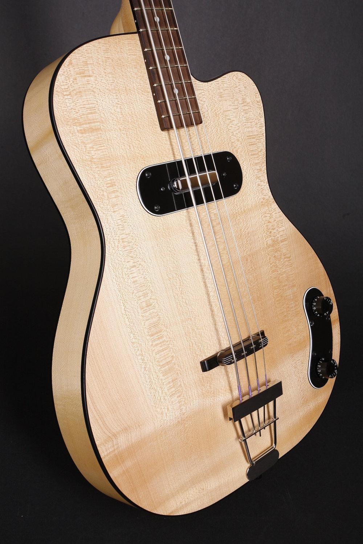 Halbresonanz - Der Hot Wire Blues Bass hat einen Halbresonanz-Korpus aus Ahorn mit flacher, massiver Decke, der gewölbte Boden ist gesperrt. Auf dem eingeleimten Medium Scale Ahornhals befindet sich ein Palisandergriffbrett mit 20 Bünden.