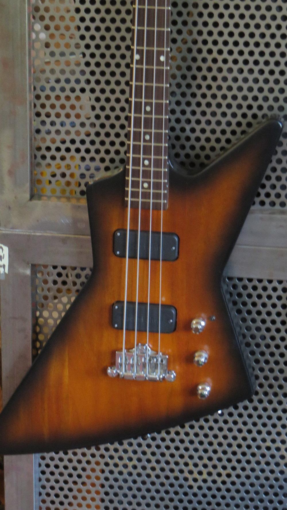 - Diesen Gibson Explorer Bass hatte mein Kunde als Fretless günstig geschossen. Aber besonders toll klang der nicht. An dem massiven Mahagoni-Korpus und dem eingeleimten Hals konnte es nicht liegen. Also bekam ich den Auftrag, den Hals zu bundieren. Und dann auch gleich eine aktive Elektronik mit mehr Soundmöglicheiten einzubauen.
