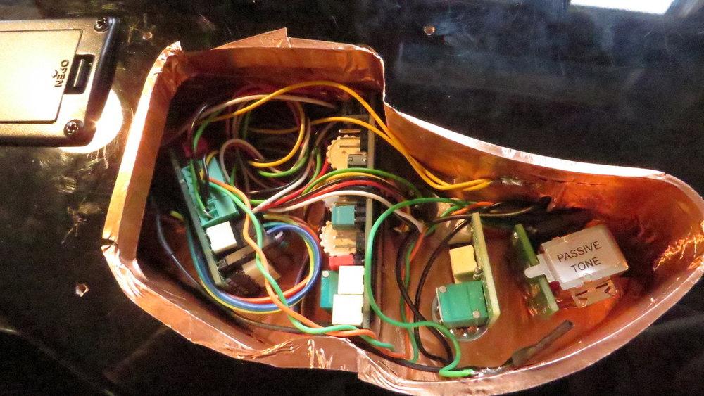 - Hier die einbaute Elektronik mit allen Pickupkabeln, Für mehr Soundvielfalt hatte sich Frankie eine Seriell-parallel-Single Coil Schaltung gewünscht.