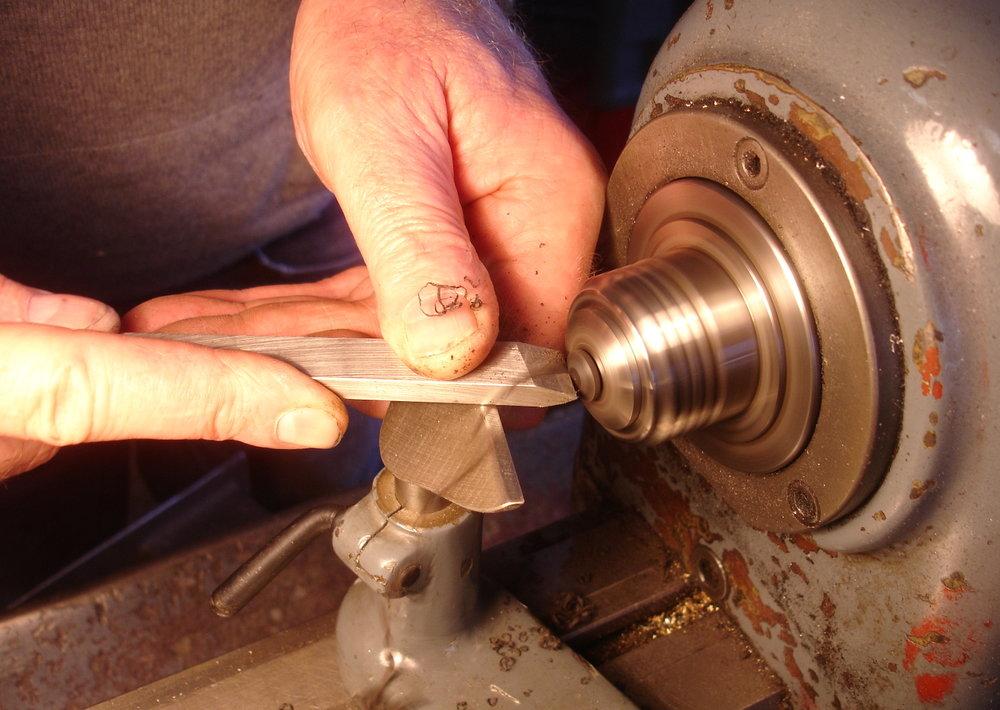 - Für das überflüssige Loch in der Decke fräsen wir einen kleinen Knopf aus Ebenholz.