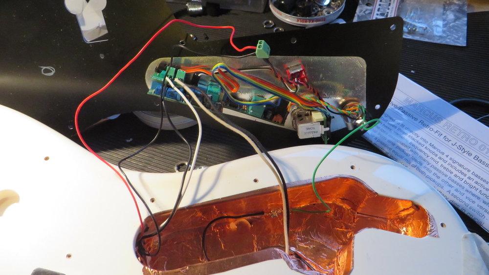 - Das 18-Volt Batteriefach schliessen wir an die kleine grüne Klemme an. Die Retro funktioniert wahlweise mit 9 oder 18 Volt. Löten müssen wir nur die Masseverbindung von der Bridge und von der Elektronik zur Kupferfolie.