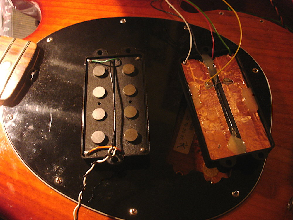 """- Mich erreicht ein Music Man Sting Ray mit den Worten """"der Bass klingt für meinen Geschmack mit der bisherigen Dreibandelektronik vor allem beim Slappen sehr harsch. Mir fehlt das wärmere """"Ploppen""""... Jaco, Louis Johnson... Soundvorstellung Vintage-Funky.""""Jaco P. und L. Johnson Sound aus einem Bass? Schwierig, aber da kann schon was getan werden! Als Ersatz für den harsch klingenden Pickup wickelt mir Bassculture einen MM mit original Alnico Magneten. Links das Original, rechts die Spezialanfertigung. Für die Vielfalt können die Spulen mittels Minischalter seriell, parallel und als Single Coil geschaltet werden. Dies bietet einen echten Sting Ray Sound im Parallel-Modus, einen Single Coil-Sound, und einen aufgepumpten in-yo-face Ton im Seriell-Betrieb."""