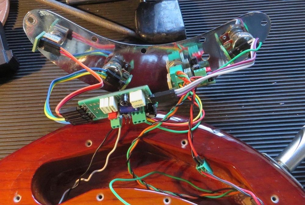 """- Um diesen Tonabnehmer adequat nutzen zu können, wird eine etwas ausgefeiltere Elektronik benötigt, die aber den Originalsound nicht verändert. Die East MMSR 3 Band Elektronik hat Bässe und Höhen in der Original-MusicMan Konfiguration von 1979, der Serie, die damals den besten Sound hatte. Stellt man den Minischalter des Pickups auf """"parallel"""" und die parametrischen Mitten auf """"neutral"""" , erklingt der Original Sting Ray Sound von Louis Johnson. Werden im Single-Coil-Modus die Höhen abgesenkt und die Mitten mit der Parametrik angehoben, findet man warme, runde Pastorius Sounds."""