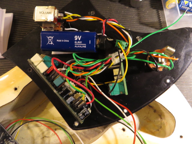 - So wird es werden, Batterie wird eingeklebt mit Doppel-Klebeband.