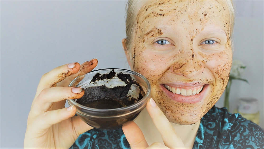 Exfoliating face with coffee grains