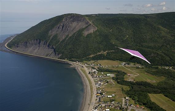 Le Mont-Saint-Pierre en deltaplane  Photo : Tourisme Gaspésie