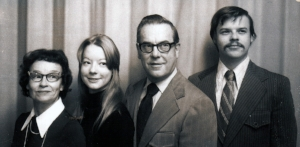 \ photo of siblings with parents
