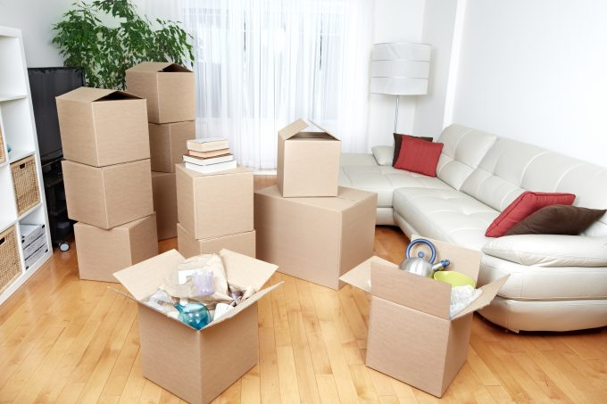 packing-unpacking-boxes-in-living-room-45541774_xxl-680x453.jpg