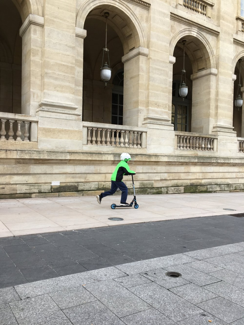 - Scooting around the Grand Théâtre. He might be the only one who wears neon green in Bordeaux but at least he is easy to find.
