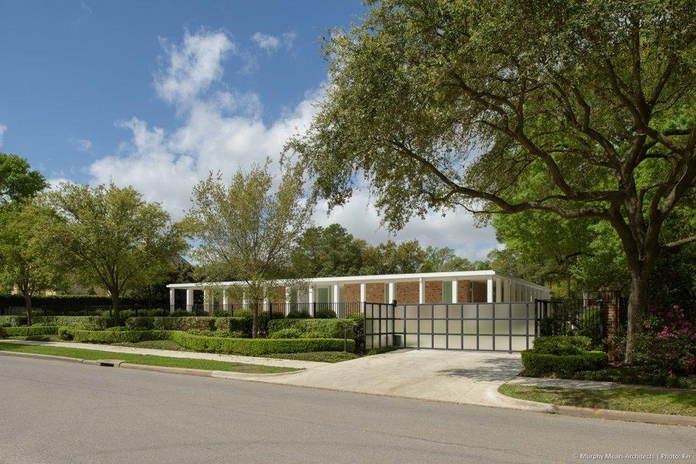 w-mid-century-modern-home-neuhaus-harwood-taylor-renovation-street-front.jpg
