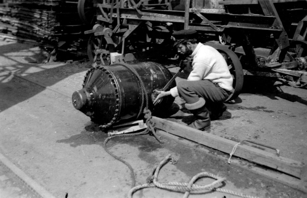 Lt George Gosse GC RANVR disarming 'Oyster' GD pressure mine on jetty at Bremen 7 May 1945