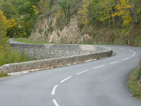 Bochtige wegen bij Eyrieux - Ardèche