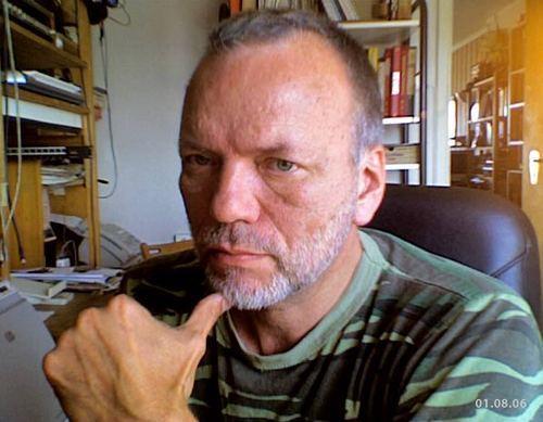 Øyvind Rauset - redaktør - Rauset er redaktør for viser.no og det nordiske bladet VISOR. Han er utdannet ved Østlandske Musikkonservatorium og Kunst-og Håndverkskolen og Kunstakademiet i Oslo. 3 år leder i viseklubben Nye Skalder. Felespiller i bl.a Folque, Ym-Stammen og Oslo Radio-Orkester, spilt på Roskilde, Kalvøya- og Quart-festivalene. Gitt ut 2 album i eget navn (Landskap Med To Figurer, 13 Umulige Danser), og Folque-viseboka sammen med Morten Bing. Har laget musikk for film og tv og jobbet som designer for bla Kripos, Justisdept., Programbladet og Det Kgl Slott.