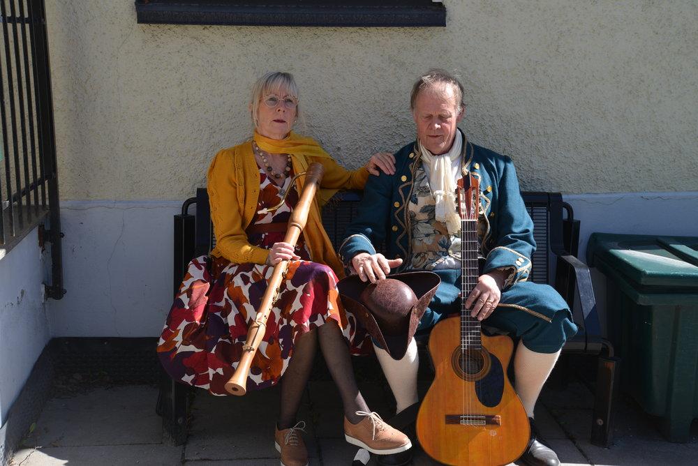 Per Carolus Wathne framfører egne viser og leder i allsang på MULI, Scene for Musikk og litteratur, på Wenches kafe i Tønsberg. Foto: Toril Sivertsen Tørmoen.