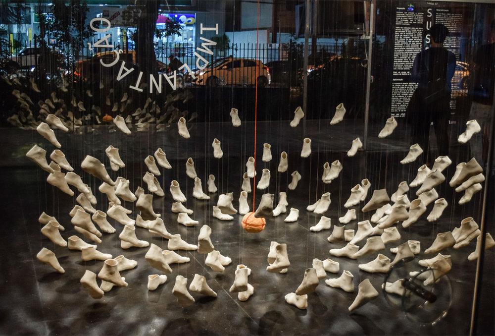ImPlantAção - 2018  143 objetos de argila feitos um a um no pé da artista e objeto circular de argila com lodo de papel