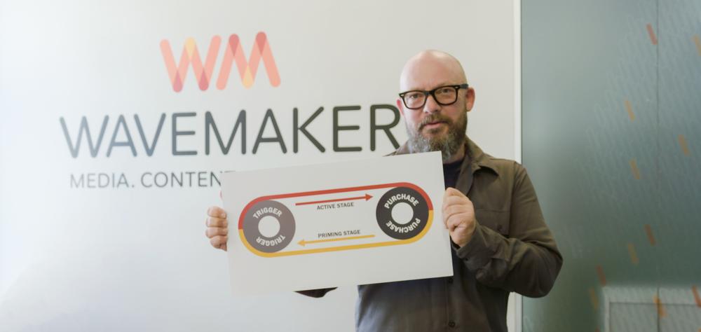 Stig Jøssund i Wavemaker viser frem kjøpsreisen de jobber etter. Foto: Skjermdump fra #mediainnsikt episode 3, AVIA Produksjon.