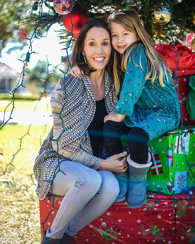 @pembertoncandice with her Daughter. 📸: @spr512  #ctwelvephotos #christmasphotography #motherdaughter #corpuschristi #heritageparkcorpus