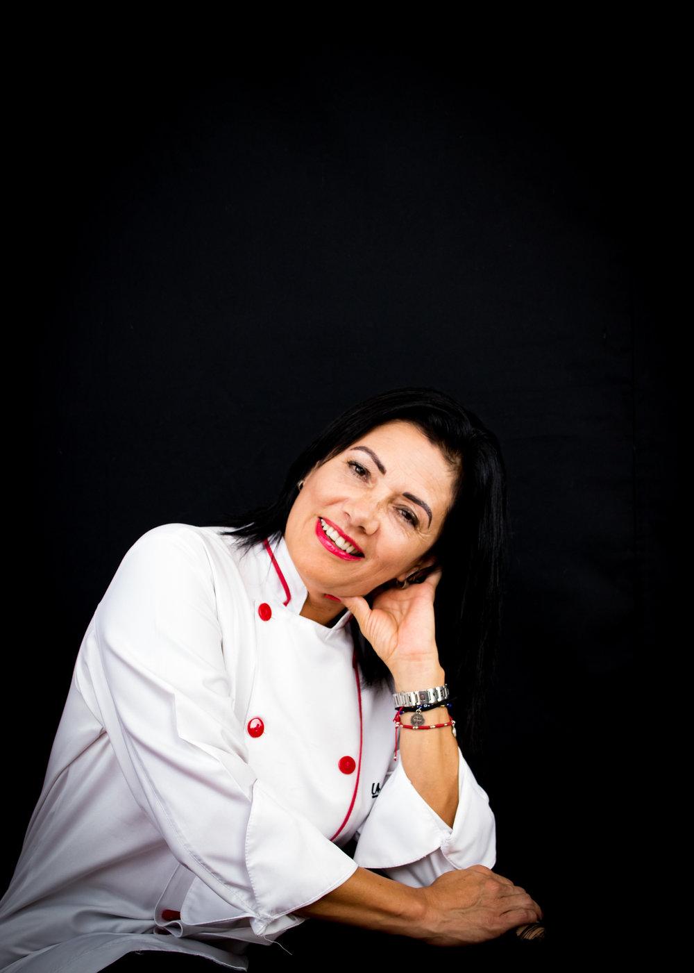 Sobre Isabel - Isabel Favero nació el 7 de diciembre de 1968, en la ciudad de México. Estudió en Tecnológico de la Ciudad de México, Licenciatura en Mercadotecnia, en 1990 comenzó su carrera profesional, en diferentes empresas transnacionales de consumo masivo, como SCA, Parmalat, Henkel, Bristol Meyer, Korés, Quaker, etc., en puestos Gerenciales en el área comercial.En el año 2013 se mudó a Costa Rica, con la inquietud de dar a conocer lo maravilloso de la gastronomía mexicana. Es así como en 2014 decide entrar a estudiar gastronomía en la Escuela Sabores. Cuenta además con un Diplomado en cocina prehispánica del Ambrosía Centro culinario en la Ciudad de México.En 2016 encuentra una oportunidad en el sector gastronómico, por lo que emprende, de la mano de su esposo Gerard y su hijo Iván, un propio proyecto al que ha llamado Águila y Sol. Este está basado en la alta cocina mexicana, y rescata la tradición de sus platillos, colores y sabores.Así es como en febrero del 2018 Águila y Sol abre sus puertas para traerte lo mejor de gastronomía Mexicana.