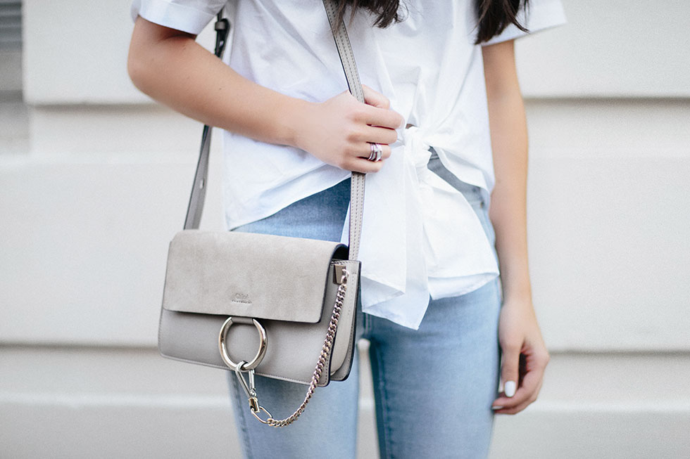 white top and skinny jeans summer outfit