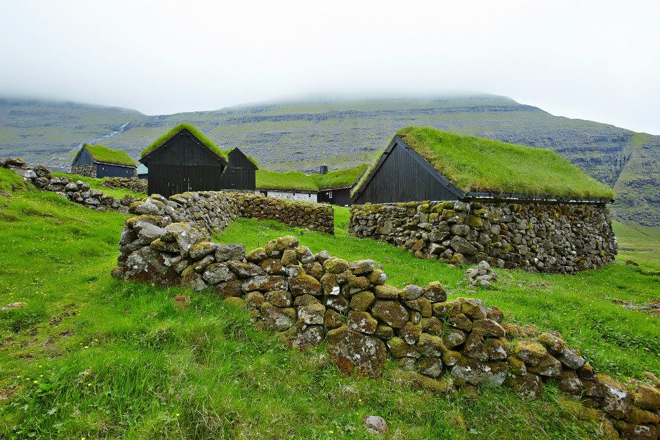 Dúvugarðar - Dúvugarðar í Saksun liggja sera vakurt í stórslignum landslagi. Gomlu sethúsini og úthúsini, sum eru 200 ár og yngri, eru útisavn.