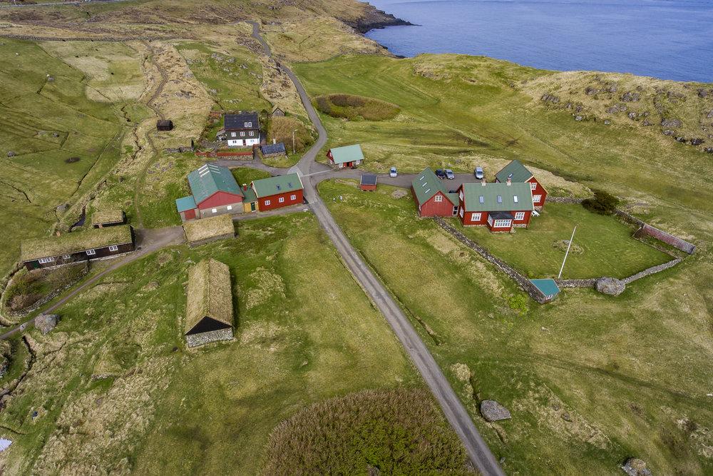 Hoyvíksgarður - Hoyvíksgarður liggur í vøkrum gomlum landslagi stutt út miðbýnum í Havn. Ein náttúruperla og ein tíðarlummi, har tú kanst uppliva ein gamlan føroyskan garð við sethúsum og úthúsum.